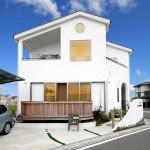 明るい光がたっぷり入る、白漆喰の無垢デザイン住宅