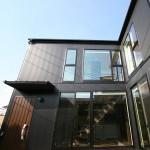 シックな無垢材で上質空間を演出したデザイン住宅