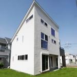 屋上テラスのある白くモダンな天然無垢材の家