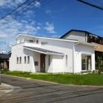 開放的な吹抜けリビングのある自然素材の北欧風住宅