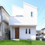 無垢材を贅沢に使用した北欧風のデザイナーズ住宅