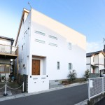 モダンなデザインの、自然素材でつくった2世帯注文住宅