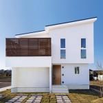 無垢のバルコニーが美しいナチュラルデザイン住宅